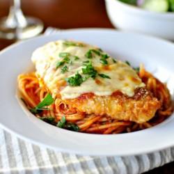 Thưởng thức mì spaghetti với gà nướng phô mai