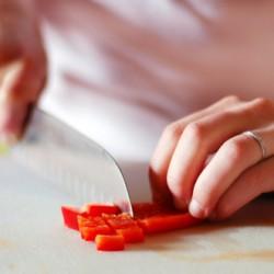 Mẹo cắt ớt không bị cay cho các mẹ