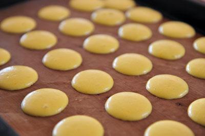 lam-banh-macarons-chanh-chua-diu-ma-khong-bi-dang (4)