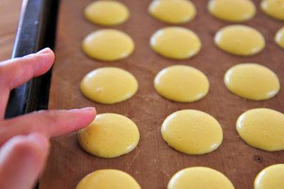 lam-banh-macarons-chanh-chua-diu-ma-khong-bi-dang (5)