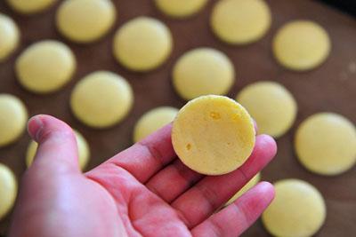 lam-banh-macarons-chanh-chua-diu-ma-khong-bi-dang (6)