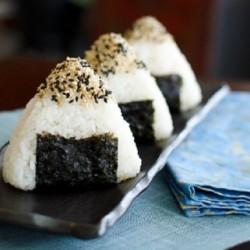 Lạ miệng với cơm nắm kim chi cá ngừ style Hàn-Nhật