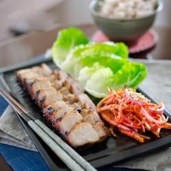Thưởng thức xá xíu nướng kiểu Hàn