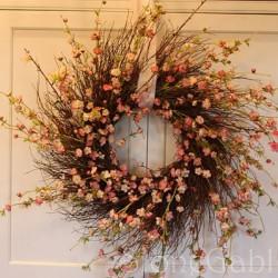 Vòng hoa treo cửa tô điểm cho ngày Tết