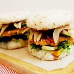 Hamburger cơm kẹp thịt gà chiên sốt tonkatsu