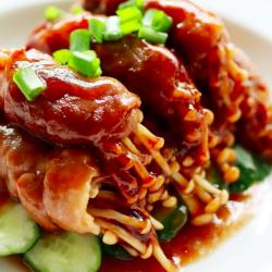 Thịt cuộn nấm rán sốt ăn là mê ngay!